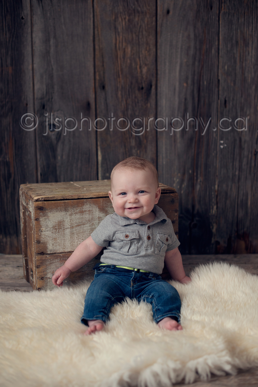 5 month old sitting, sitting up, baby sitting up, barn wood backdrop,
